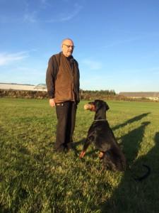 Bent og Django træner i spring med apport. Hundeførerens hænder er ned langs siden, så mister han ikke points på grund af ekstra kommandoer med hænderne.